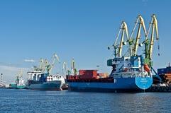 Schiffe in einem Hafen Stockfoto