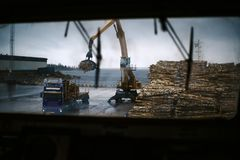 Schiffe im Frachthafen w?hrend der Frachtoperation Ansicht ?ber die Entladung von Holzfaserplatte von der Br?cke schweden stockbilder