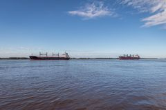 Schiffe im Parana - Rosario, Santa Fe, Argentinien Stockbilder