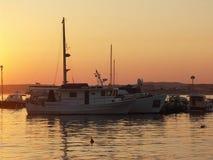 Schiffe im Sonnenuntergang lizenzfreie stockbilder