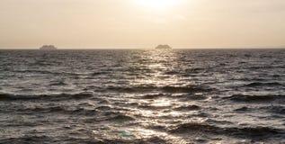 Schiffe im Sonnenuntergangmeer Stockfotografie
