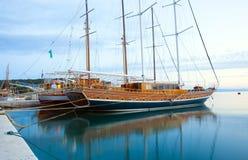 Schiffe in Makarska Stockbild