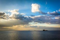 Schiffe in Manila-Bucht bei dem Sonnenuntergang, gesehen von Pasay, Metro Manila, Th Lizenzfreie Stockbilder