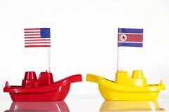 Schiffe mit den Flaggen von Vereinigten Staaten und von Nordkorea Stockbild