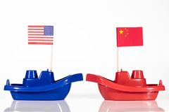 Schiffe mit den Flaggen von Vereinigten Staaten und von Porzellan Lizenzfreies Stockbild