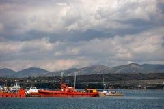 Schiffe nahe dem Pier Stockfotos