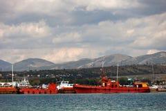 Schiffe nahe dem Pier Lizenzfreies Stockfoto