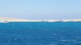 Schiffe nahe dem Ufer der Insel stock video