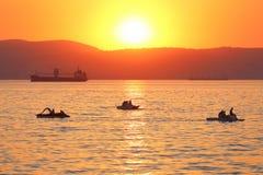Schiffe und Boote gegen eine Abnahme Lizenzfreie Stockbilder