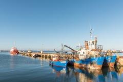 Schiffe und ein versunkenes Schiff bei Sonnenuntergang in Saldanha bellen Lizenzfreie Stockfotos