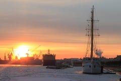 Schiffe und Wintersonnenuntergang Stockfotografie