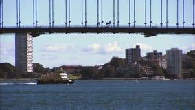 Schiffe unter der Sydney-Hafenbrücke stock footage