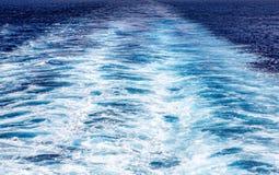 Schiffe wecken zum Horizont auf lizenzfreies stockbild