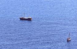 Schiffe weit heraus in Meer Stockfoto