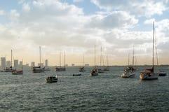 Schiffe, Yachten, Fischerboote, Hintergrund des blauen Himmels, Sonnenuntergang, Wolke lizenzfreies stockfoto