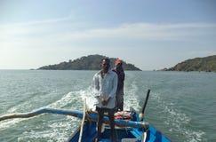 Schiffer auf einem Boot nahe Palolem setzen, Goa, Indien auf den Strand Lizenzfreie Stockfotos