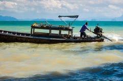 Schiffer im thailändischen Boot des langen Schwanzes Lizenzfreies Stockbild