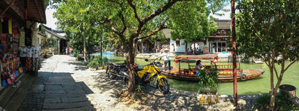 Schiffer transportiert Touristen durch chinesische Gondel auf Kanal Stockfotos
