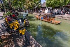 Schiffer transportiert Touristen durch chinesische Gondel auf Kanal Stockbild