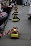 Schiffs-Knoten auf dem Pier Stockbild
