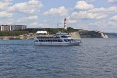 Schiffs-Salamander kommt von Gelendzhik-Bucht in das offene Schwarze Meer auf Lizenzfreies Stockfoto
