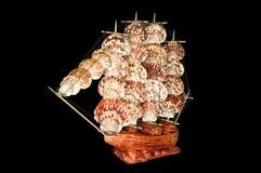 Schiffs-Segelboot-hölzernes Modell auf einem schwarzen Hintergrund Stockbild