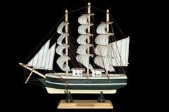 Schiffs-Segelboot-hölzernes Modell auf einem schwarzen Hintergrund Lizenzfreie Stockbilder