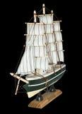 Schiffs-Segelboot-hölzernes Modell auf einem schwarzen Hintergrund Lizenzfreies Stockbild