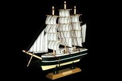 Schiffs-Segelboot-hölzernes Modell auf einem schwarzen Hintergrund Stockfoto