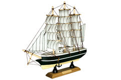 Schiffs-Segelboot-hölzernes Modell auf einem weißen Hintergrund Lizenzfreies Stockfoto