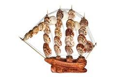 Schiffs-Segelboot-hölzernes Modell auf einem weißen Hintergrund Stockbilder