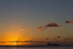 Schiffs-Segeln bei Sonnenuntergang auf dem Horizont lizenzfreies stockbild