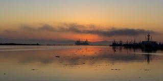 Schiffs-Segeln während des Sonnenuntergangs Stockfotografie