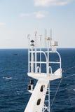 Schiffs-Uhr-Turm mit Telekommunikationsgeräten Stockfotografie