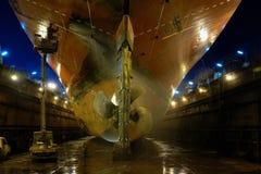 Schiffsbautechnik in einem trockenen Dock Lizenzfreies Stockfoto