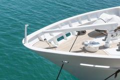 Schiffsbogen der Luxus festgemachten Yacht Stockfotos