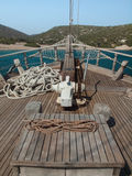 Schiffsbogen mit seaand Ufer hinten Stockfotografie