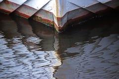 Schiffsbug des Holzes reflektierte sich in der Wasseroberfläche, abstraktes b Lizenzfreies Stockfoto