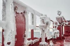 Schiffschweres bedeckt mit Eis stockfotografie