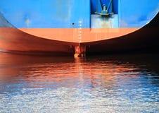 Schiffsheck mit Reflexion im Hafenwasser Stockfotos