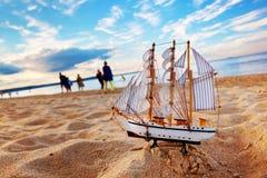 Schiffsmodell auf Sommerstrand bei Sonnenuntergang stockfotos