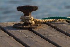 Schiffspoller auf dem Pier Stockfotos