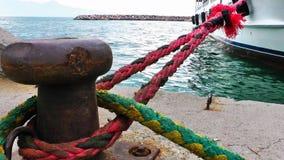 Schiffspoller in einem Dock und in einem Meer stock footage