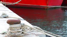 Schiffspoller in einem Dock und in einem Meer stock video footage