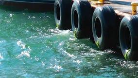 Schiffspoller in einem Dock und in einem Meer stock video