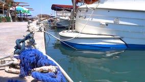 Schiffspoller im Dock und in den Booten stock video