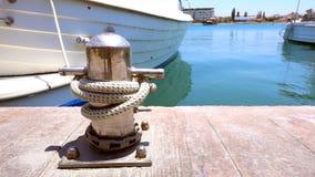 Schiffspoller im Dock und in den Booten stock video footage