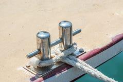 Schiffspoller mit dem Seil gebunden am Pier Stockfotos