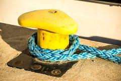 Schiffspoller mit Festmacher stockbild
