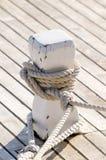 Schiffspoller mit schwarzem Seil Stockfotografie